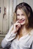Blondes jugendliches glückliches lächelndes nahes hohes Porträt des Mädchens der Junge recht, Lebensstilleutekonzept Stockbild