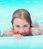 Blondes jugendliches Mädchen in der Schwimmen Stockfotografie