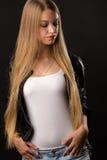 Blondes Jugendlichmädchen im weißen Hemd und in der Jacke Stockfoto