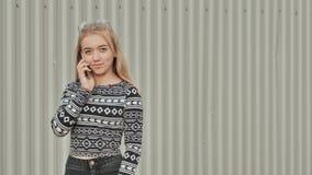 Blondes Jugendlichmädchen wählt die Nummer und am Telefon und spricht stock video
