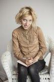 Blondes junge Frauen-Schreiben in ihrer Zeitschrift Stockfoto