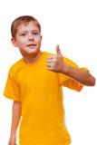Blondes Jungenkind im gelben Hemd, halten Daumen-oben, Lizenzfreie Stockfotografie