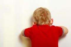 Blondes Jungenkinderkinderbedeckungsgesicht. Spiel. Lizenzfreie Stockbilder