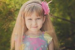 Blondes junges Baby haben etwas Spaß während der Sommerferienfeiertage Modeartsitzung nah an grünem Frühling lavander aufwerfend Lizenzfreie Stockfotos
