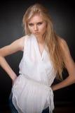 Blondes junges langhaariges Mädchen Lizenzfreie Stockfotos