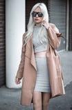 Blondes junges Mädchen, das draußen aufwirft Lizenzfreie Stockfotografie