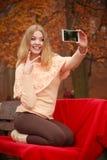 Blondes junges Mädchen, das ein selfie nimmt Lizenzfreie Stockbilder