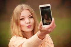 Blondes junges Mädchen, das ein selfie nimmt Lizenzfreie Stockfotografie