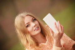 Blondes junges Mädchen, das ein selfie nimmt Lizenzfreies Stockfoto