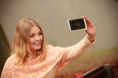 Blondes junges Mädchen, das ein selfie nimmt Lizenzfreie Stockfotos