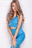 Blondes junges Mädchen im blauen Kleid Stockfotografie