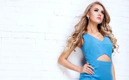 Blondes junges Mädchen im blauen Kleid Lizenzfreie Stockfotos