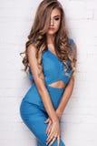 Blondes junges Mädchen im blauen Kleid Stockbild