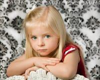 Blondes junges Mädchen mit blauen Augen Lizenzfreie Stockfotos