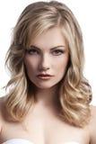 Blondes junges Mädchen mit dem stilvollen Haar Stockbild