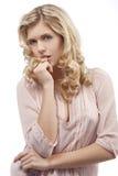 Blondes junges Mädchen mit dem lockigen Haar mit Lizenzfreie Stockfotos