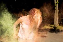 Blondes junges Modell mit dem Haar in der Bewegung, die mit Grün und YE spielt Stockbild