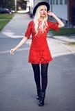 Blondes junges Modell, wenn Sie draußen aufwerfen Lizenzfreie Stockfotos