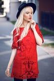 Blondes junges Modell, wenn Sie draußen aufwerfen Stockfotografie
