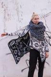 Blondes junges schönes Modemädchen, das aztekische Schwarzweiss-Jacke und gestrickten grauen Westenschal trägt Festivalausstattun Stockfotos
