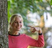Blondes kaukasisches Herbstmädchen Stockbilder