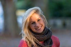 Blondes kaukasisches Herbstmädchen Lizenzfreie Stockbilder