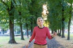 Blondes kaukasisches Herbstmädchen Stockbild