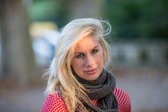 Blondes kaukasisches Herbstmädchen Lizenzfreies Stockbild