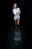 Blondes kaukasisches Mädchen, das im Wasser aufwirft Lizenzfreie Stockfotografie