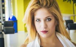 Blondes kaukasisches Mädchen des Porträts - Mädchen mit provozierendem Blick mit blauen Augen Stockfoto