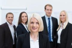 Blondes kaukasisches weibliches junges Managerlächeln Stockfoto