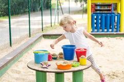 Blondes Kind auf Spielplatz Stockbild