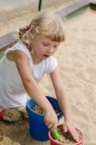 Blondes Kind auf Spielplatz Stockfotos