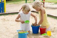 Blondes Kind auf Spielplatz Lizenzfreie Stockfotos