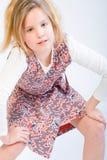 Blondes Kind, das Art und Weise aufwirft Lizenzfreie Stockfotografie