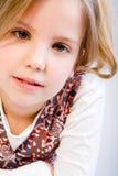 Blondes Kind, das eine Antwort erwartet Stockbilder