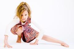 Blondes Kind, das eine Yogahaltung tut Stockfotografie