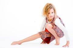 Blondes Kind, das ihr Fahrwerkbein ausdehnt Lizenzfreies Stockfoto