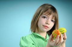 Blondes Kind, das Ostern-Verzierungen zeigt Lizenzfreies Stockbild