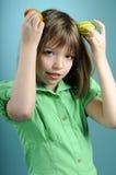 Blondes Kind, das Ostern-Verzierungen zeigt Lizenzfreies Stockfoto