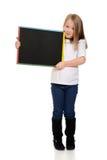 Blondes Kind, das Tafel hält Stockfotografie