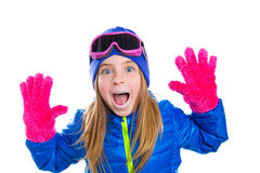 Blondes Kind-gir Winter-Schneeporträt mit den offenen Händen Stockbilder