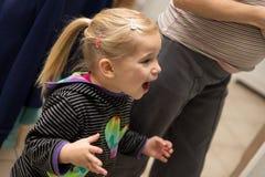Blondes Kind ist über etwas neugierig Stockfoto
