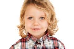 Blondes Kind mit dem karierten Hemd, das Kamera betrachtet Stockfoto