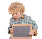 Blondes Kind mit dem leeren Schiefer, zum von Wörtern auf a zu setzen Lizenzfreies Stockbild