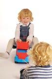 Blondes Kind-Spielen Lizenzfreie Stockfotos