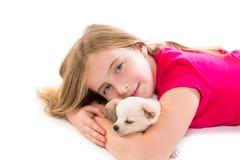 Blondes Kindermädchen mit Welpenchihuahuaschoßhund Stockbilder