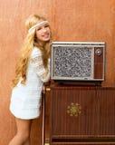 Blondes Kindmädchen der Weinlese 70s mit altem Fernsehapparat der Retro- Liebe Lizenzfreies Stockfoto