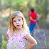 Blondes Kindmädchen im Waldpark Lizenzfreie Stockfotografie