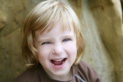 Blondes kleines Kleinkindmädchen mit lustiger Geste Lizenzfreies Stockbild